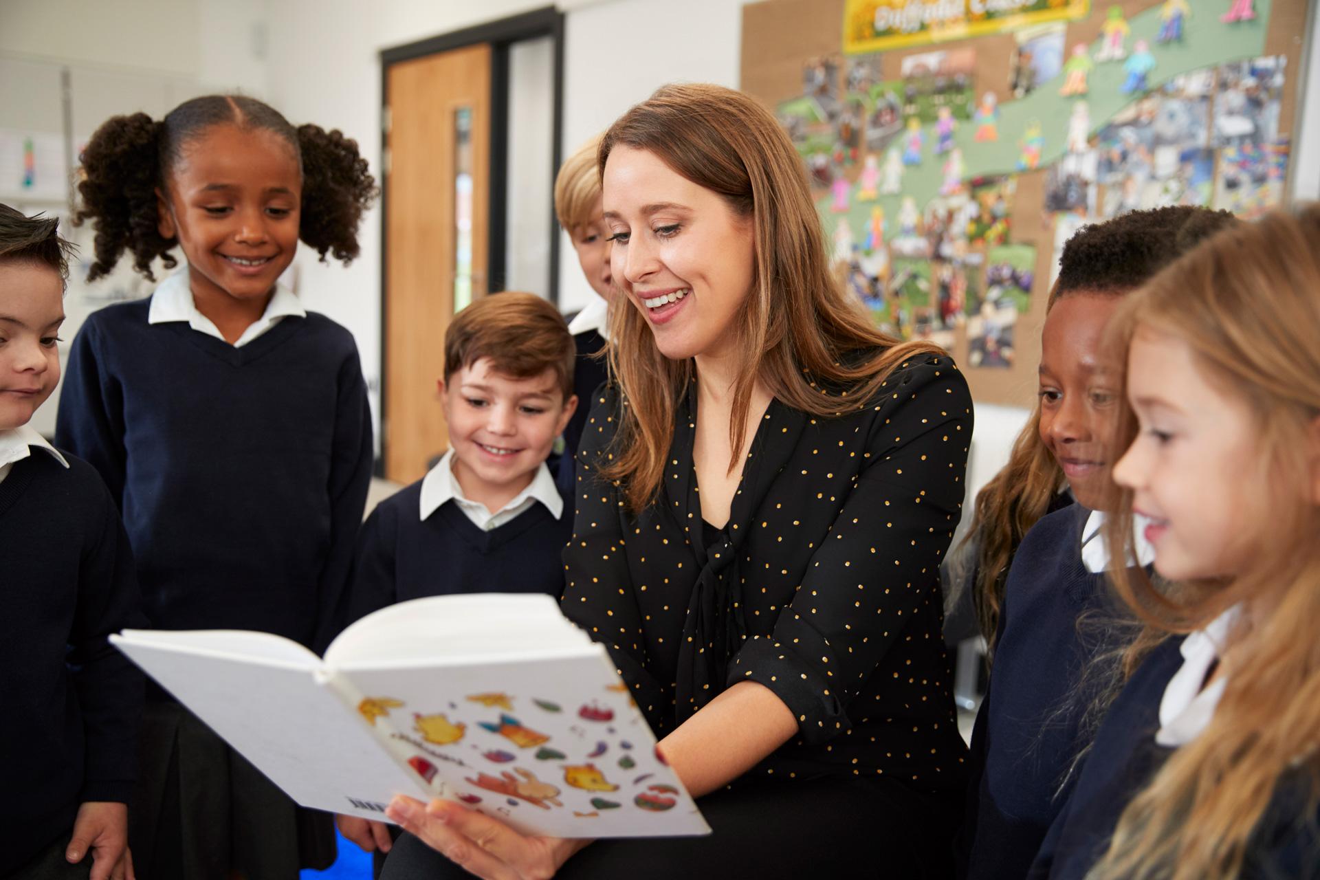female-primary-school-teacher-reading-to-a-class-C65QJRL.jpg